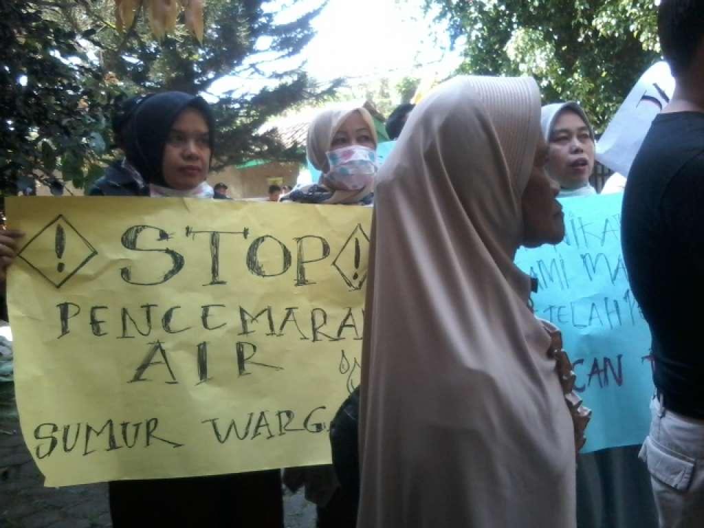 Perjuangkan Hak Warga Kampung Panyaweuyan,  Nenek Ihat Demo Kantor DLH