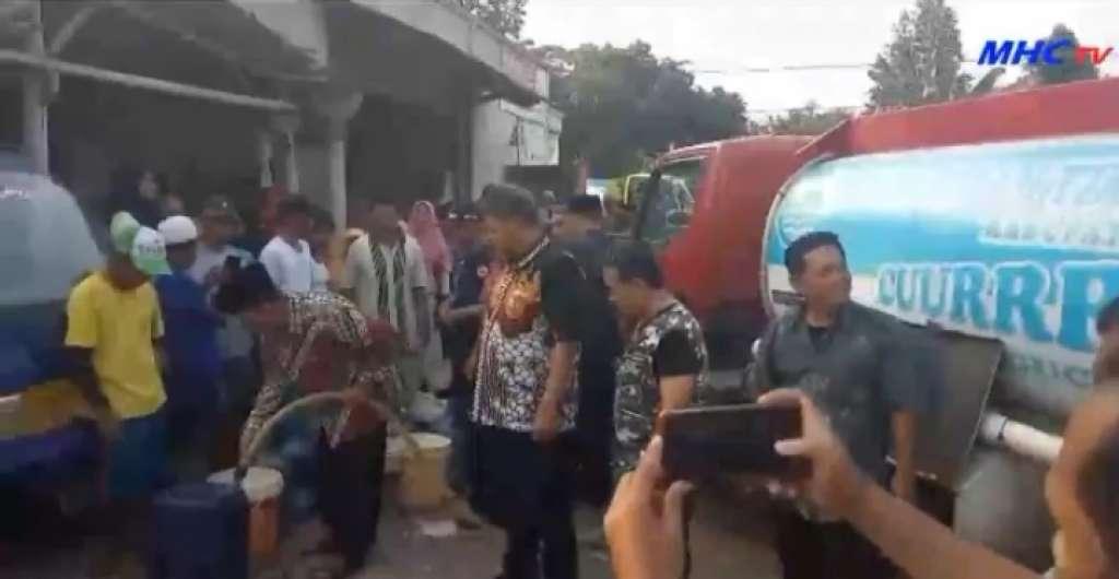 Dirut Perumdam Tirta Mukti Bareng Plt Bupati Cianjur Salurkan Bantuan Air Bersih