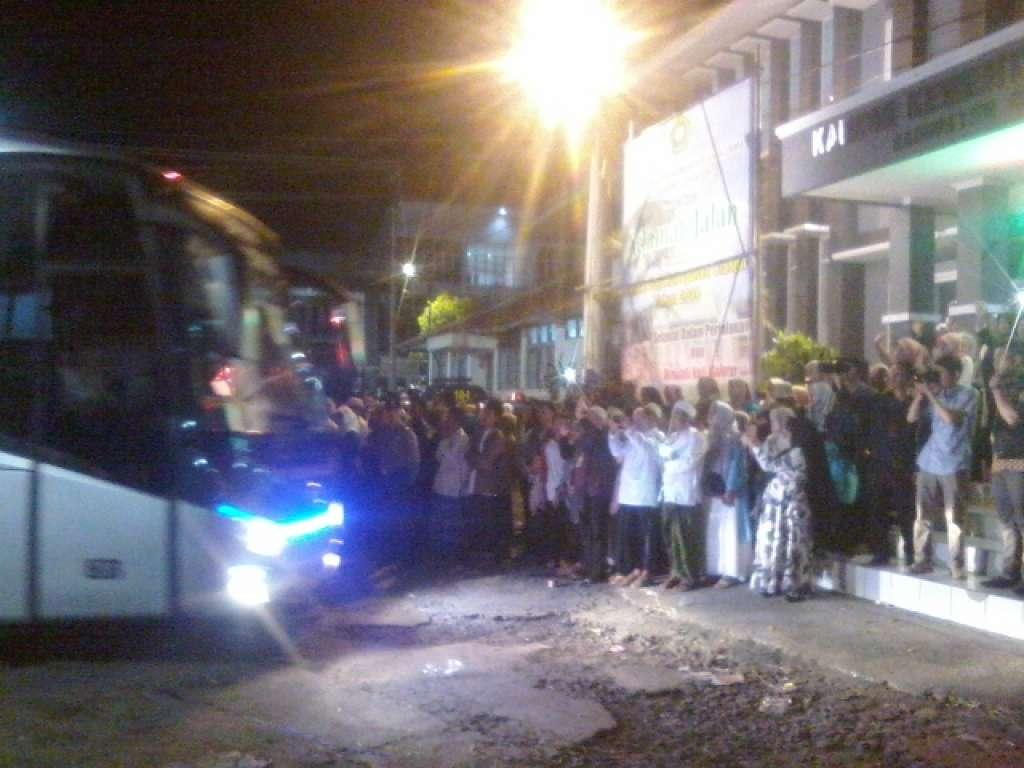 Pelepasan Kloter Terakhir Calon Haji Asal Cianjur Diiringi Isak Tangis Keluarga