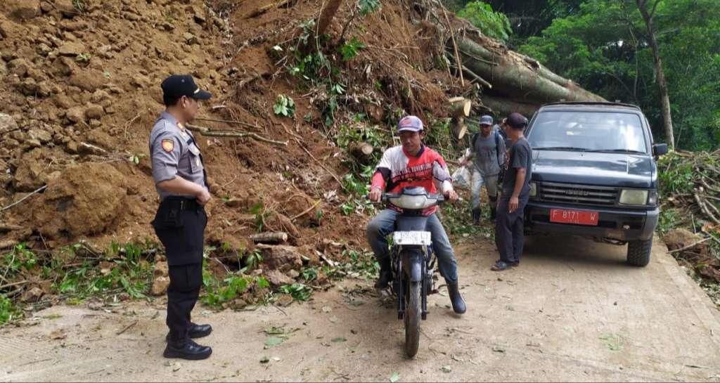Tebing Longsor, Aktifitas Jalan Raya Kadupandak - Sukasari Tertutup
