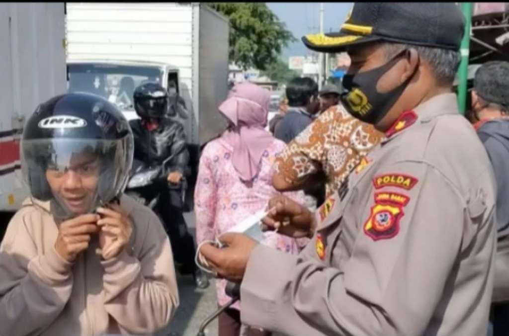 Polsek Warungkondang bagikan 1200 masker