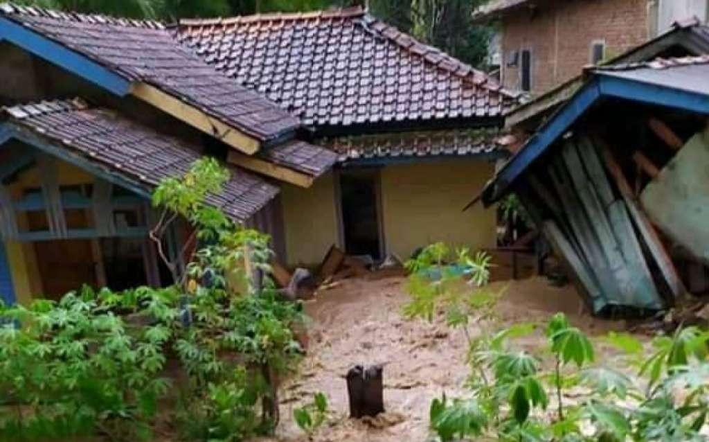 Satu Unit Rumah di Naringgul Roboh Dihantam Arus Banjir Bandang