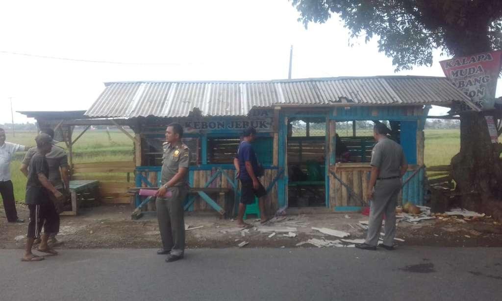 Pol PP Kecamatan Bongkar Warung Dibahu Jalan