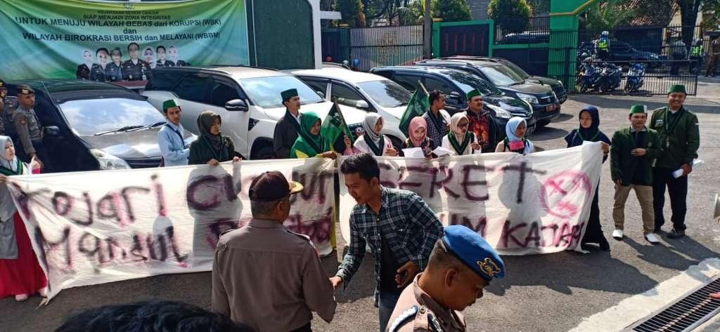 HIMAT dan HMI Kompak Demo Kejari Cianjur
