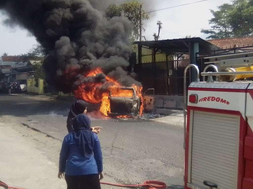 Satu Unit Mobil APV Terbakar, Usai Isi BBM di Pom Bensin
