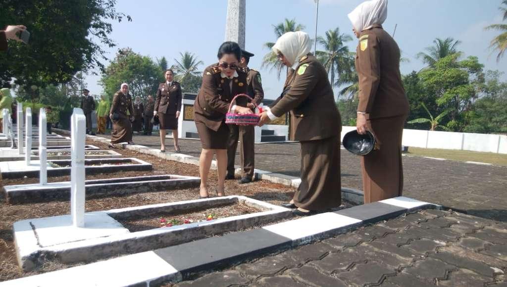 Peringati HBA ke 59, Plh Kajari Cianjur Ziarah ke Taman Makam Pahlawan (TMP) Cikaret