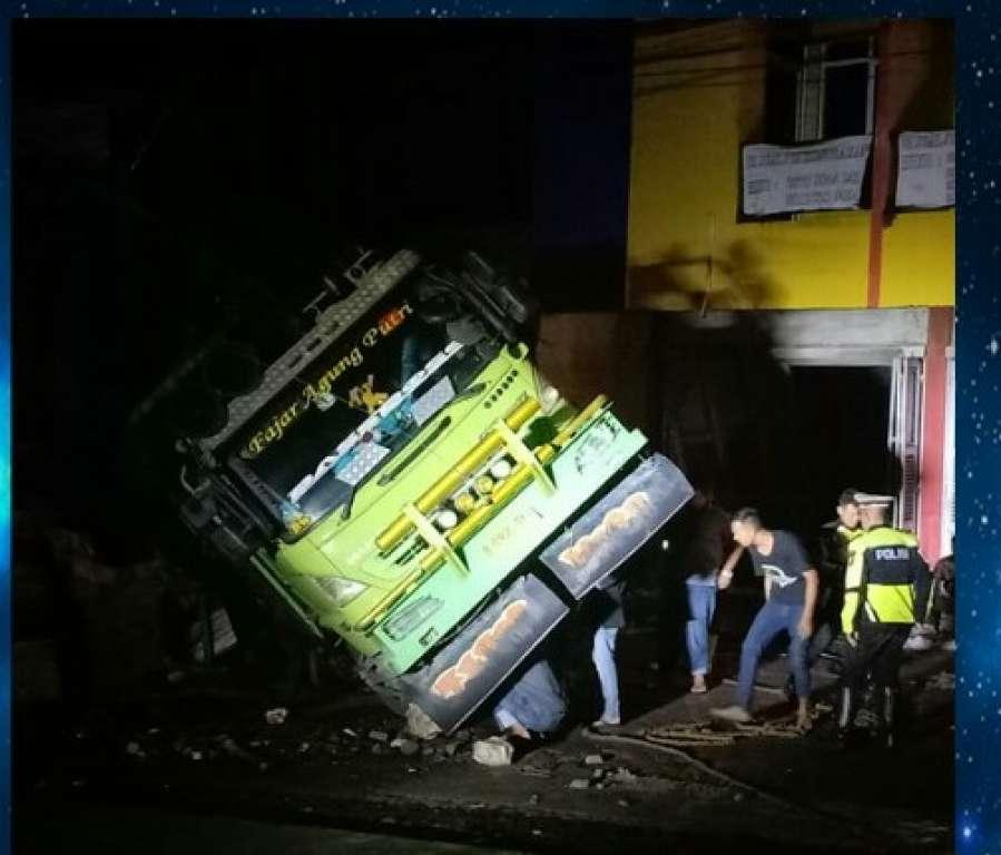Brak ...Tronton Mundur Hantam Bangunan Ruko, Tiga Orang Penghuni Tewas