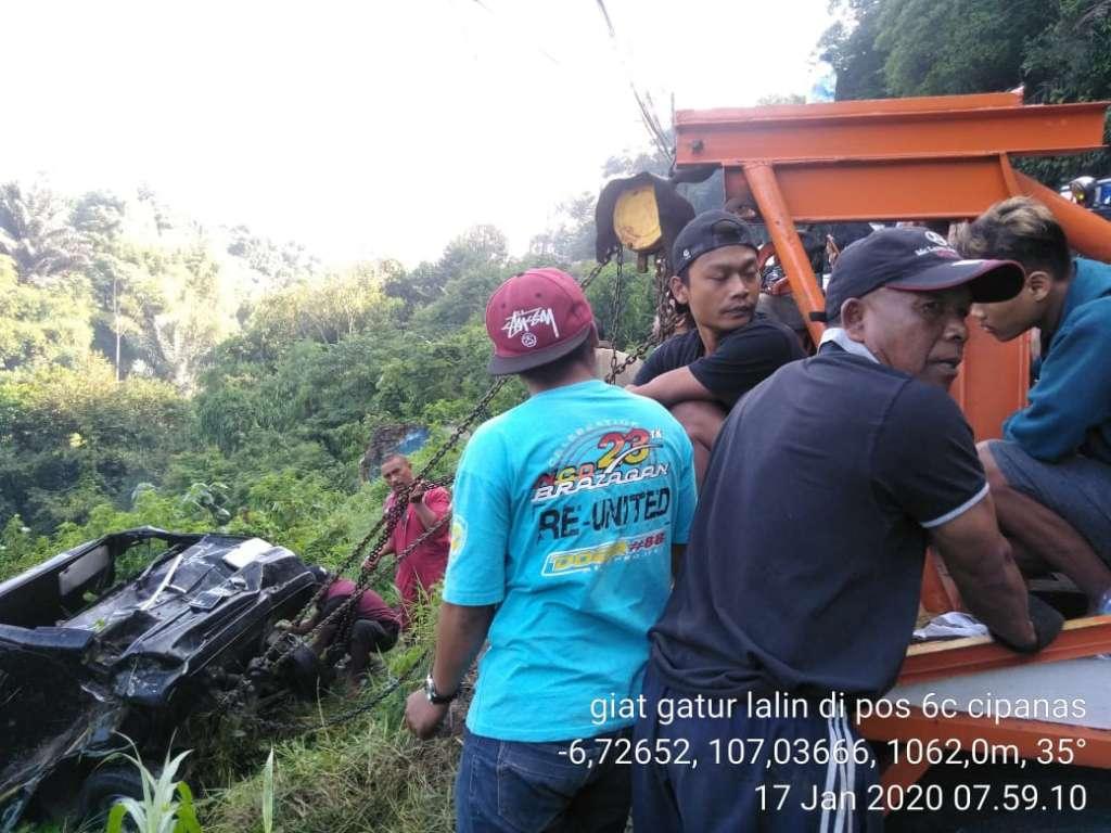 Mobil Carry Tabrak Pejalan Kaki, Lalu Masuk Jurang