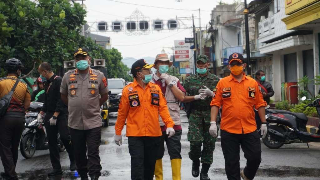 Cegah Covid -19, Kapolres Cianjur Bareng Forkopimda, Lakukan Penyemprotan Sejumlah Ruas Jalan
