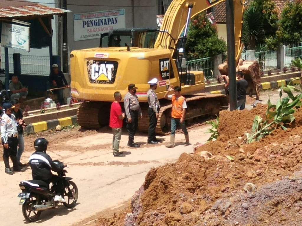 Unit Dikyasa Polres Cianjur, Evakuasi Matrial Tanah Longsor di Sukanagara