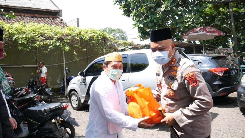 Polres Cianjur Serahkan Bantuan Sembako, Bagi Warga Terdampak Covid-19 Melalui Lembaga MUI