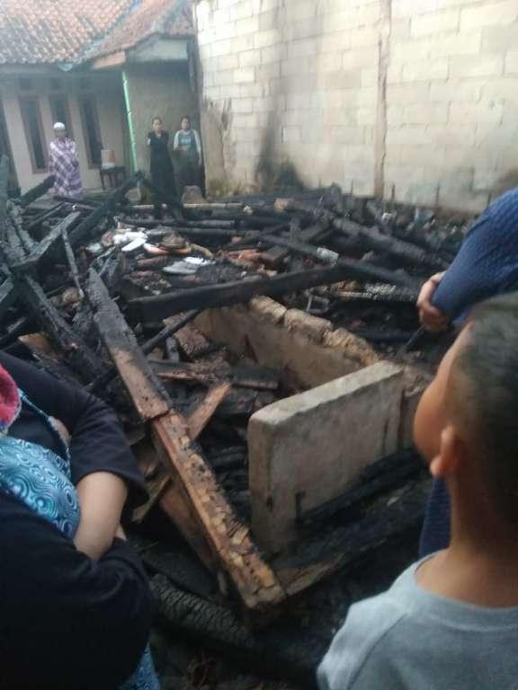 Dua Unit Rumah Panggung, Milik Warga Desa Songgom Dilalap Sijago Merah