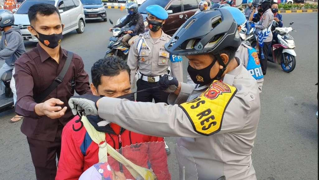 Sambut HUT Polantas Ke 65, Kapolres Cianjur Bagi-bagi Masker
