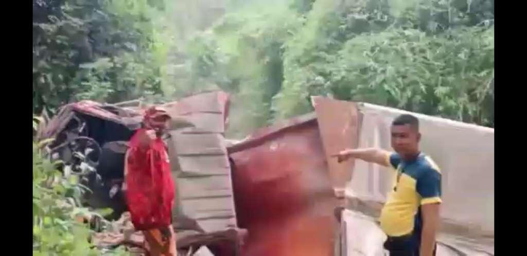 Mobil Truk Fuso Box Bermuatan Mie Instan Terjun Bebas Kejurang, Pengemudi Tewas ditempat